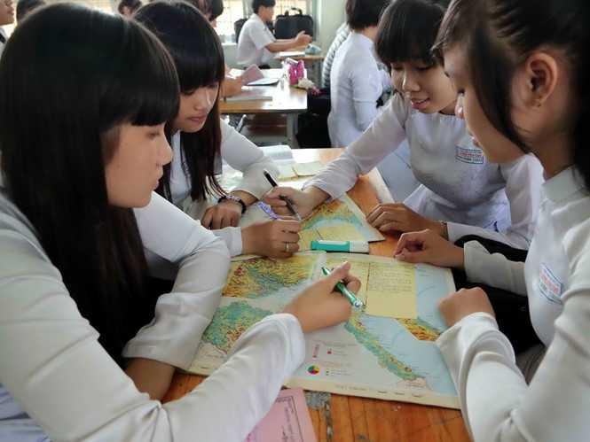 Học sinh đang phải học SGK môn địa lý với quá nhiều dữ liệu lạc hậu - Ảnh: Đào Ngọc Thạch