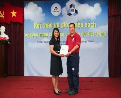 Đại diện Tetra Pak trao sách cho giảng viên khoa CNTP, Đại học Bách khoa TPHCM