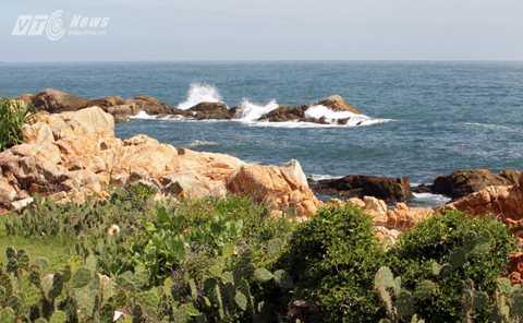 Ghềnh Đèn nằm cùng một dải bờ biển với Ghềnh Đá Đãi và chỉ cách danh thắng nổi tiếng của Phú Yên chưa đến 1km.