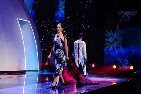 Các thí sinh trong phần trang phục ấn tượng