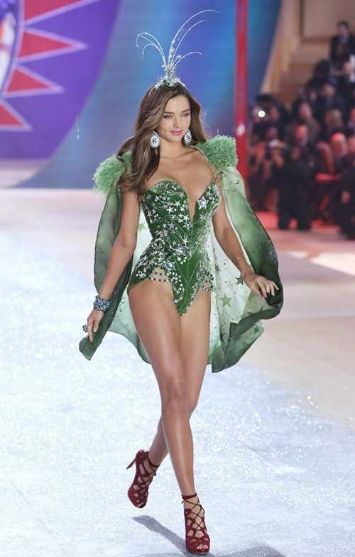 Nữ ca sĩ cũng cho biết, cô không nhớ liệu   trang phục của mình có giống với bộ đồ nào mà Miranda Kerr từng mặc trên   sân khấu Victoria's Secret hay không