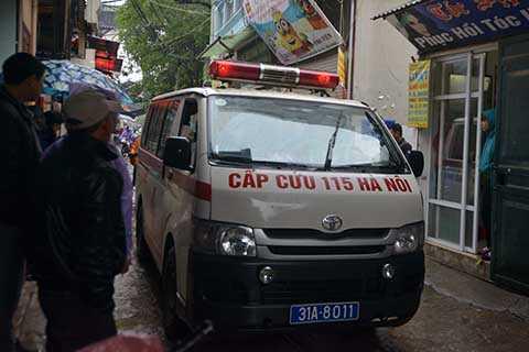 Xe cứu thương đưa nạn nhân tử vong rời khỏi hiện trường