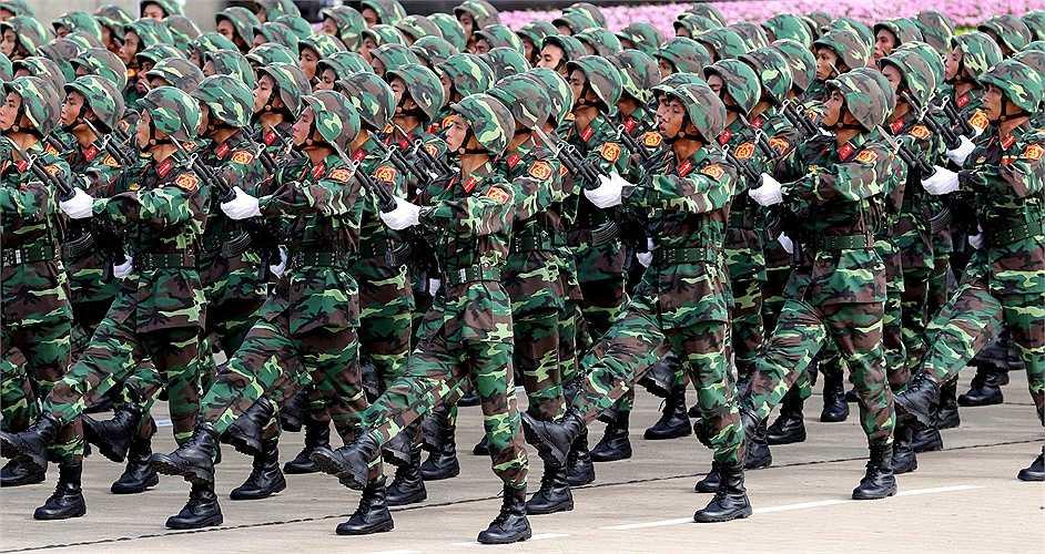 Lễ diễu binh hùng tráng diễn ra tại Hà Nội.