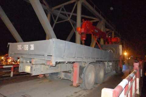 Chiếc xe cứu hộ chết máy giữa cầu Đuống