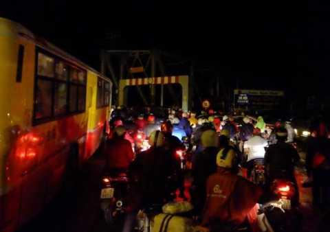 Các phương tiện ùn tắc trên cầu do chiếc xe cứu hộ chết máy