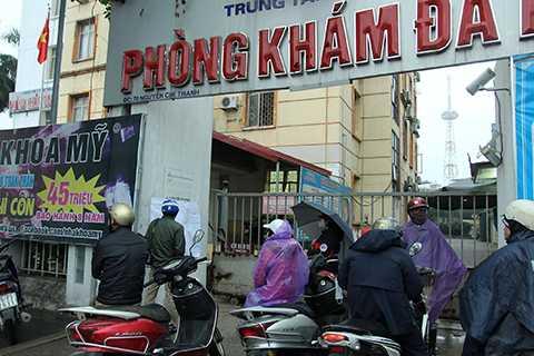 Sáng ngày 29/12, trước cổng Trung tâm Y tế Dự phòng Hà Nội địa chỉ tại số 70 Nguyễn Chí Thanh vẫn có rất đông phụ huynh đưa con tới đây chờ đăng kí tiêm chủng trực tiếp