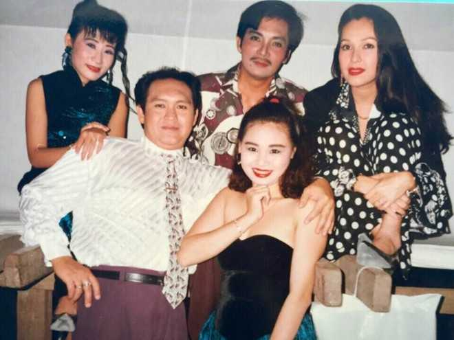 Ảnh hậu trường nghệ sĩ Thương Tín – Diễm My trong một chuyến lưu diễn thời còn mặn nồng.