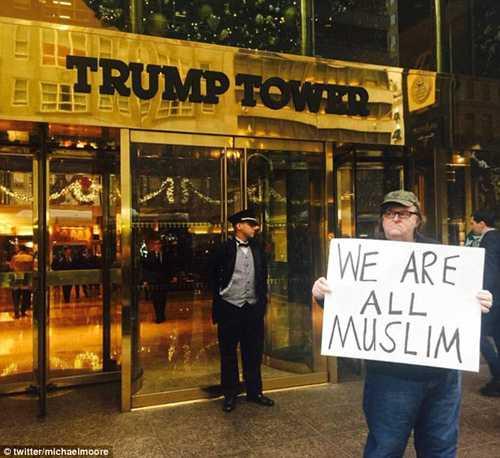 ... sau khi ông đăng tải bức ảnh ủng hộ việc cho những người theo đạo Hồi vào nước Mỹ