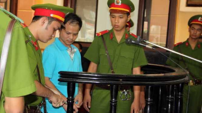 Võ Văn Minh tra tay vào còng sau khi nhận bản án 7 năm tù ngày 18/12 - Ảnh: Đức Tuyên