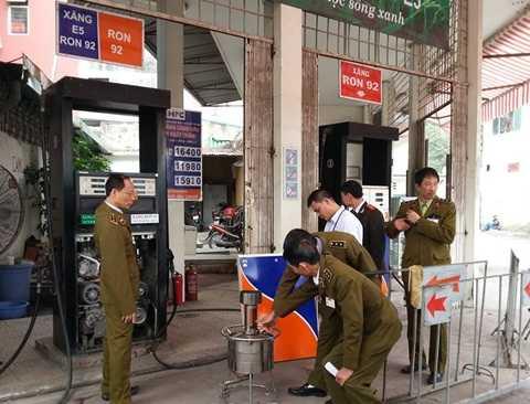 Lực lượng chức năng kiểm tra hai cây xăng và phát hiện hành vi gian lận vào ngày 24/12