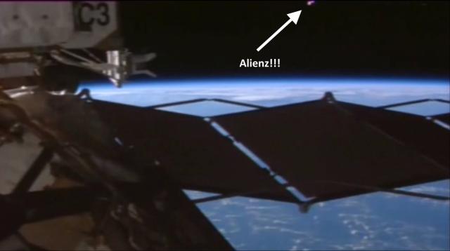 Vật thể màu hồng được chụp ngoài trạm vũ trụ.