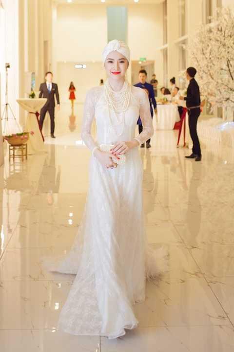 Sau phong cách gợi cảm, Angela Phương Trinh chuyển sang gu thời trang đằm thắm, có phần già dặn kiểu hoàng gia. Phong cách quý phái, cổ điển được bật lên nhờ khăn turban cùng vòng cổ ngọc trai layer.
