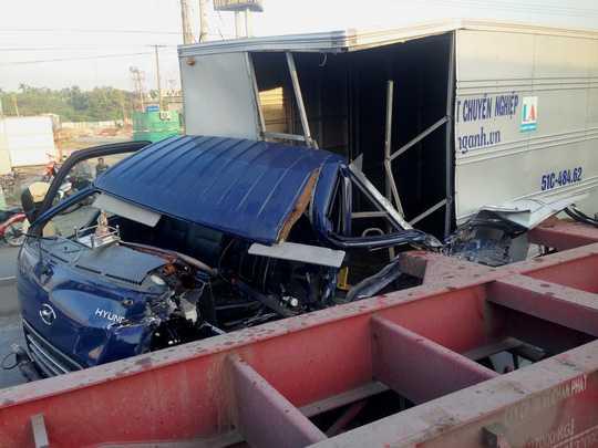Đầu chiếc xe tải bẹp dúm sau vụ va chạm