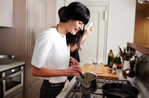 Hãy tự nấu cho mình những bữa ăn ngon và bổ dưỡng.