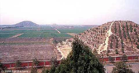 """Hình ảnh một kim tự tháp được chính quyền cho trồng cây """"ngụy trang"""", do nhóm của Hausdorf chụp trong chuyến đi năm 1994."""