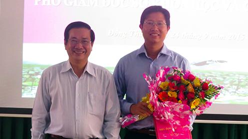 Ông Huỳnh Minh Tuấn (phải) giám đốc sở trẻ nhất của tỉnh Đồng Tháp - Ảnh: Ông Tuấn lúc được bổ nhiệm làm phó giám đốc sở - cổng thông tin điện tử Đồng Tháp