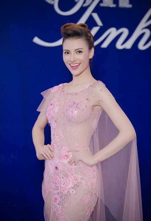 Hồng Quế khoe trọn vẻ căng tràn tuổi thanh xuân với đầm voan hồng ngọt ngào đính kết cầu kỳ.