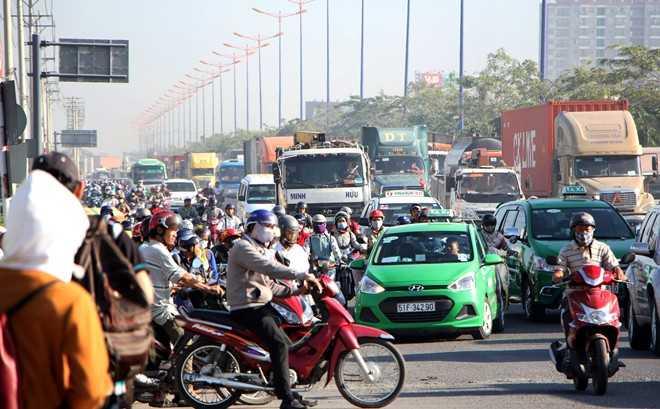 Từ 4h ngày 30/12, lưu lượng phương tiện, đặc biệt là các loại ôtô tải, đầu kéo lưu thông trên xa lộ Hà Nội theo hướng từ Đồng Nai vào trung tâm TP HCM tăng đột biến . Giao thông qua đây ùn tắc nghiêm trọng.