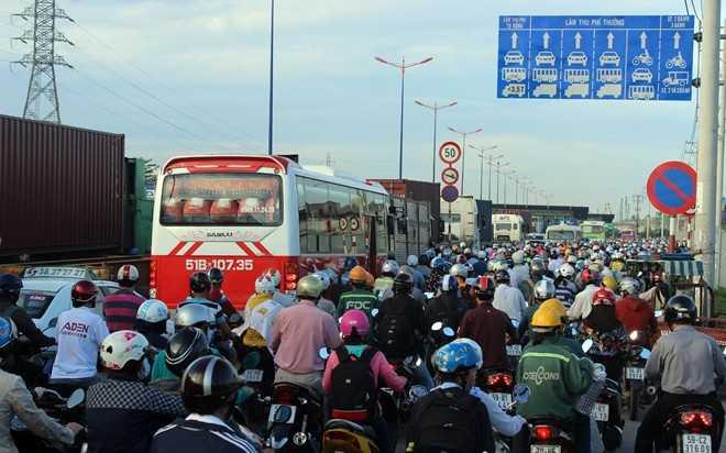 Hàng chục nghìn phương tiện kẹt cứng tại khu vực trạm thu phí xa lộ. Lượng xe khổng lồ trên xa lộ Hà Nội liên tục bị chặn tại những ngã tư gây nên tình trạng tranh chấp, mạnh ai nấy chạy khiến tình trạng thêm trầm trọng.