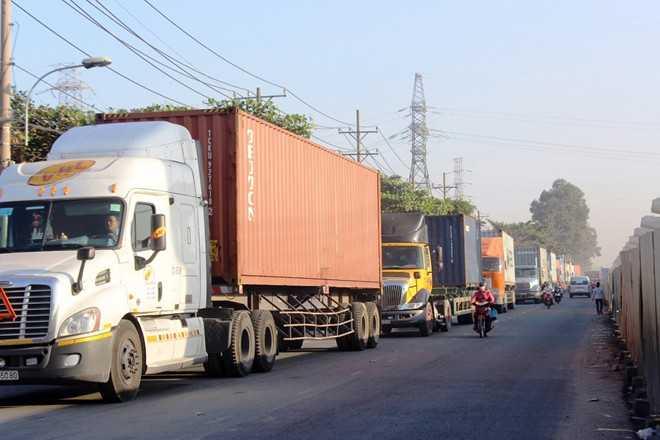Đến 9h, do không lưu thông được, các xe lớn chạy tránh vào đường Đỗ Văn Bá, Song hành xa lộ, Tây Hòa, Đỗ Xuân Hợp khiến các cung đường này ùn tắc theo. Nhiều tài xế chán nản bỏ xe xuống đường uống nước.