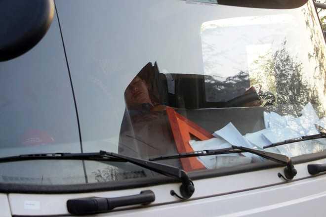 Một số tài xế tranh thủ chợp mắt trên cabin trong thời gian chờ được lưu thông. Thời điểm này, lực lượng CSGT đã có mặt để phân luồng.