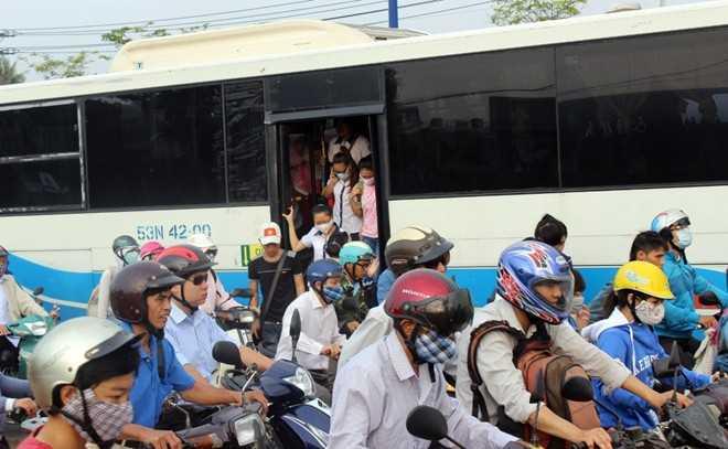 Nhiều xe buýt không thể vào trạm nên phải để khách xuống giữa đường.