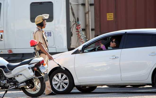 Nhiều người vì kẹt cứng trên xa lộ Hà Nội nên bị trễ giờ làm, đi học. Trong ảnh: Một tài xế ôtô tranh cãi với CSGT