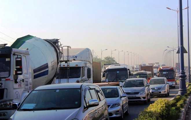 Tình trạng ùn tắc còn kéo dài đến khu vực ngã ba Cát Lái đến Mai Chí Thọ, Đồng Văn Cống khiến giao thông những tuyến đường này cũng gặp khó khăn.
