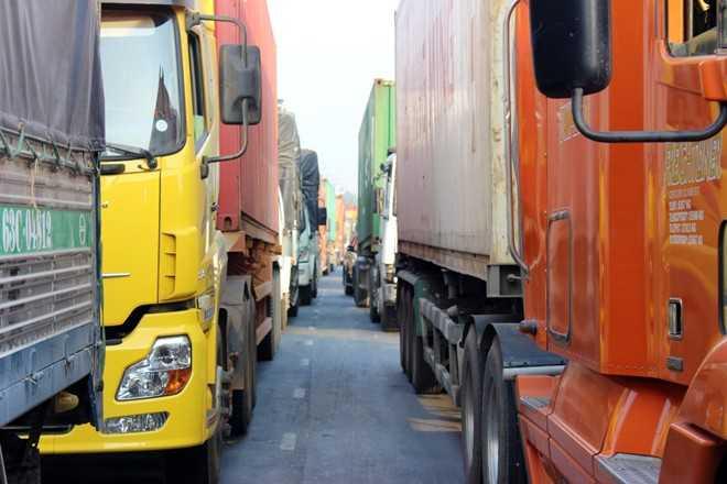 Đến gần 12h, tuy ùn tắc có giảm nhưng dòng xe vẫn kéo dài trên xa lộ Hà Nội.