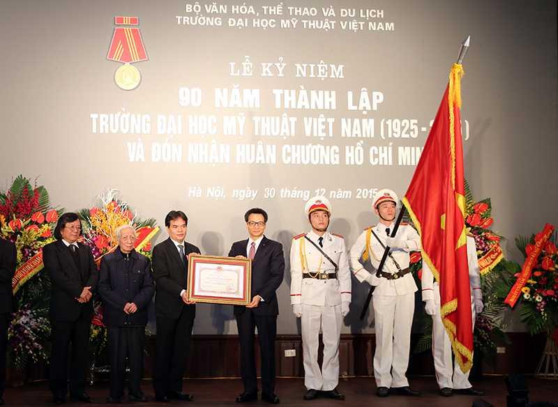 Thay mặt lãnh đạo Đảng, Nhà nước Phó Thủ tướng Vũ Đức Đam đã trao Huân chương Hồ Chí Minh cho Đại học Mỹ thuật Việt Nam
