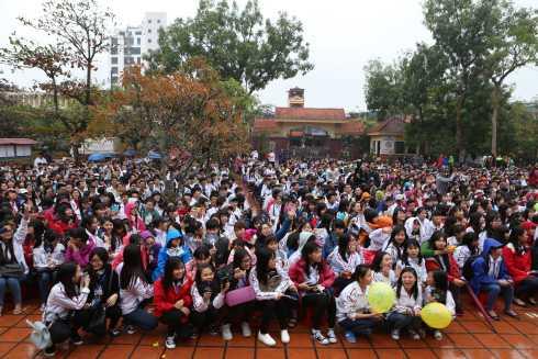 Sau buổi họp fan tại Thái  Bình, Sơn Tùng M-TP tiếp tục có  chuyến về thăm trường Lê Quý Đôn – nơi anh theo học những năm phổ thông.