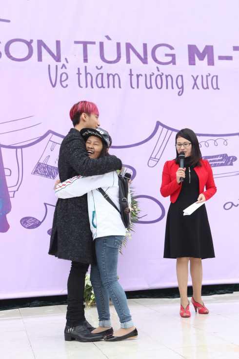 Một fan hâm mộ nữ đã lên ôm chặt Sơn Tùng khiến anh chàng không khỏi bối rối.