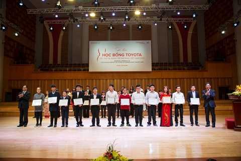 Ông Yoshihisa Maruta – Chủ tịch Quỹ Toyota Việt Nam (ngoài cùng bên phải) cùng đại diện Bộ VHTTDL trao học bổng âm nhạc cho các học sinh, sinh viên phía Bắc
