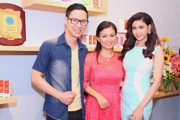 Trương Quỳnh Anh cùng loạt sao Việt đã có mặt để chúc mừng MC Hồng Giang lên làm bả chủ