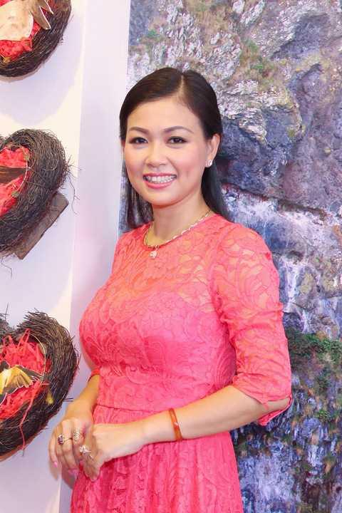 Vốn là một trong những MC đa tài nhất showbiz, Quỳnh Giang được yêu mến bởi chất giọng ngọt ngào và giàu cảm xúc. Cô còn là một biên tập viên, phát thanh viên, người lồng tiếng chuyên nghiệp. Ít ai biết, Quỳnh Giang còn nổi tiếng với gia đình đông con nhưng rất hạnh phúc.