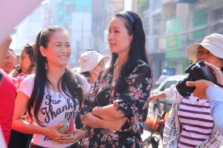 Đến tham dự buổi ra mắt, á hậu Trịnh Kim Chi gây chú ý đặc biệt bởi chị đến rất sớm cũng như khoe vẻ đẹp rạng ngời. Trịnh Kim Chi vừa sinh em bé mới đây nên việc lấy lại vóc dáng thon gọn khiến nhiều người ngỡ ngàng.