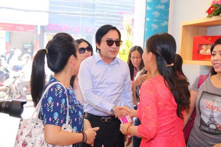 Không kém phần nổi bật, đôi vợ chồng NSƯT Kim Tử Long và Trinh Trinh lái xe sang đến chúc mừng MC Quỳnh Giang, sự hóm hỉnh của Kim Tử Long để lại nhiều tiếng cười trong sự kiện.