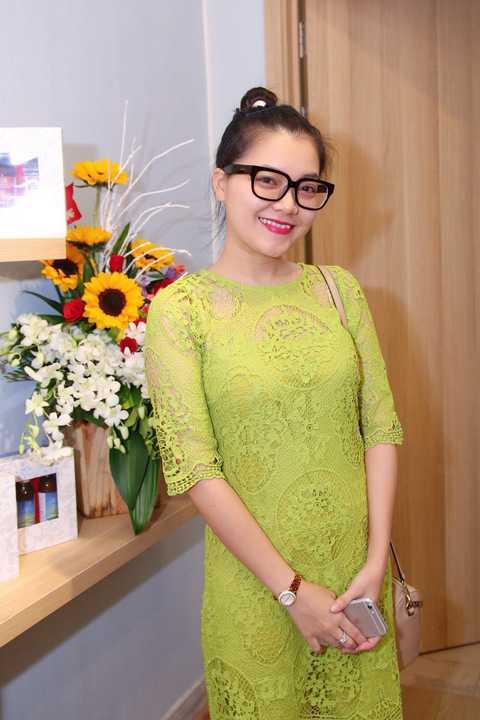 Dù đến khá muộn, ca sĩ Thanh Ngọc cũng tự lái xe hơi đến tham dự chương trình, cô diện bộ váy màu xanh rất trẻ trung.
