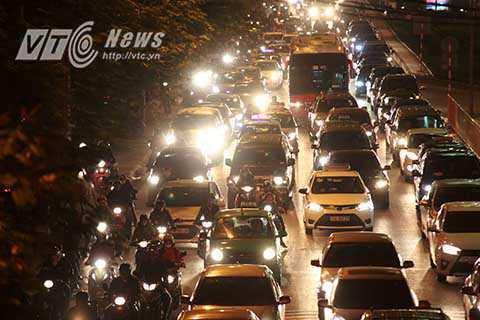 Thời điểm 18 giờ 30 phút, tại nhiều tuyến phố của Thủ đô, đặc biệt là các tuyến đường cửa ngõ đã xảy ra tình trạng ùn tắc giao thông trong khung giờ cao điểm buổi chiều.