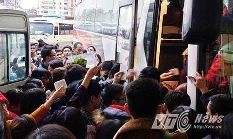 Tuy nhiên, do số lượng người dân về quê tăng đột biến nên vẫn xảy ra tình trạng hành khách chen lấn xô đẩy nhau khi lên xe.