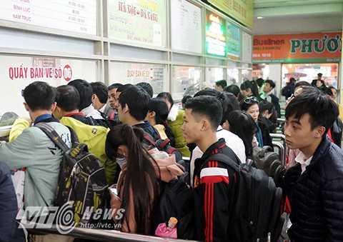 Tương tự, theo đại diện bến xe Giáp Bát và Gia Lâm, ngay trong sáng nay lượng khách qua 2 bến xe này cũng bắt đầu đông hơn ngày thường.