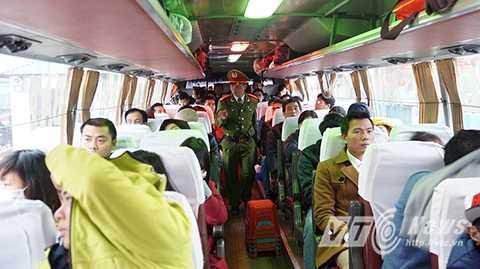 Lực lượng chức năng tiến hành kiểm đếm số hành khách trên xe trước khi cho xe xuất bến.
