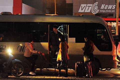 Tuy nhiên, chỉ khi khuất tầm mắt của lực lượng chức năng, các nhà xe lại tiếp tục hành vi đón khách dọc đường.