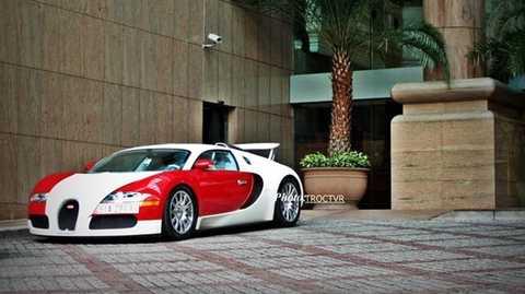 Bugatti Veyron đỏ trắng cũng là chiếc xe độc nhất vô nhị tại Việt Nam