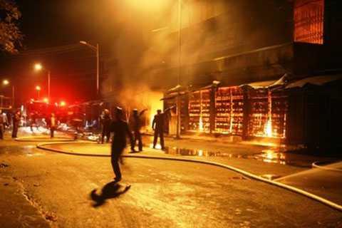 Lực lượng PCCC gồng mình chống chọi với lửa.