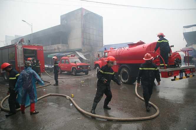 Đến hơn 5h sáng, đám cháy tại chợ Phủ Lý được dập tắt hoàn toàn: Ảnh - Văn Đông