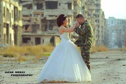 Người lính quân đội Syria nhẹ nhàng trao hôn lên tay cô dâu giữa cảnh hoang tàn của do chiến tranh gây ra
