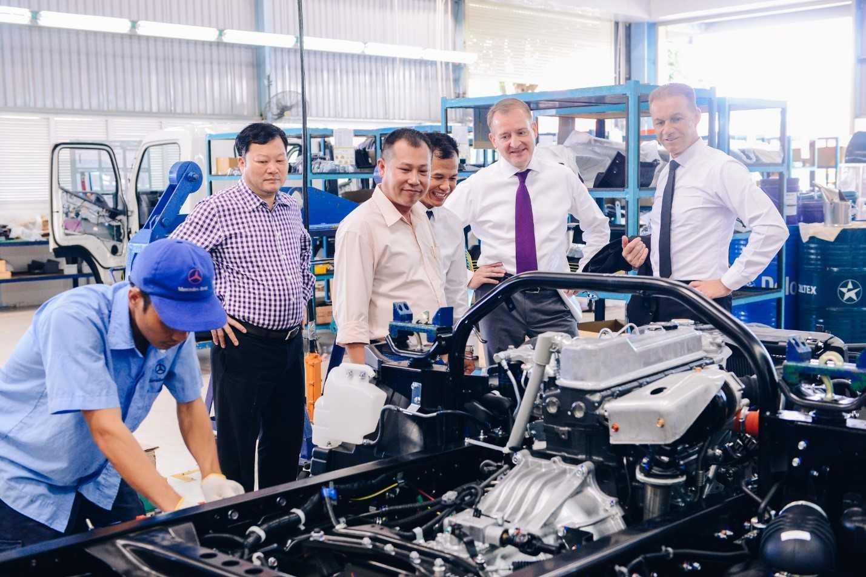 Khách hàng tham quan dây chuyền lắp ráp xe tải nhẹ FUSO Canter tại nhà máy Mercedes-Benz Việt Nam