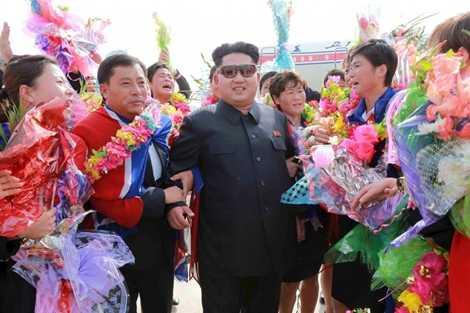 Ông Kim Jong-un chụp ảnh cùng các thành viên đội tuyển bóng đá nữ Triều Tiên