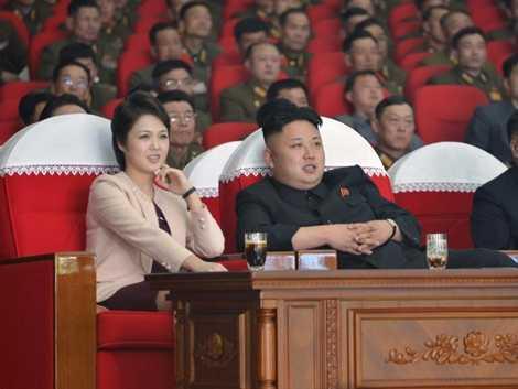 Ông Kim Jong-un cùng vợ đi xem văn nghệ